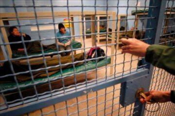 Mujeres en un centro de detención de inmigrantes