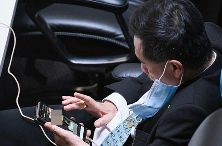 Parlamentario filipino mira porno en sesión